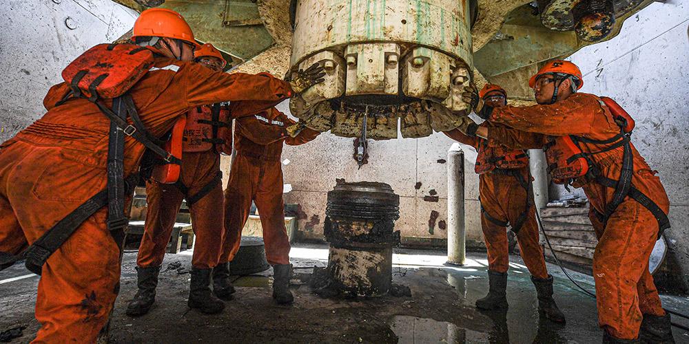Fotos: trabalhadores na plataforma de petróleo offshore Kantan Nº 3 nas águas da região norte do Mar do Sul da China