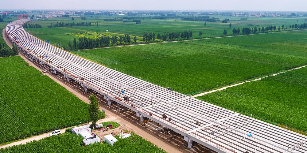 Trabalhadores constroem via expressa Beijing-Dezhou no distrito de Wen'an