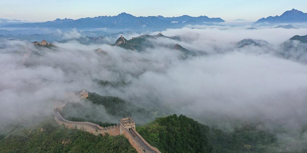 Grande Muralha de Jinshanling envolta em névoa matinal