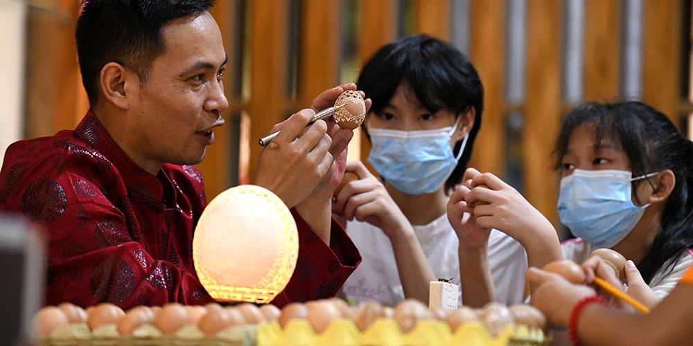 Atividades de aprendizagem de artesanato tradicional enriquecem férias de verão dos estudantes em Shijiazhuang