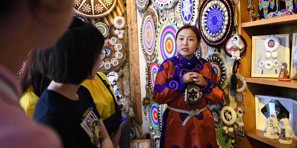 Confecção de artesanato aumenta renda de famílias pobres na Mongólia Interior, norte da China