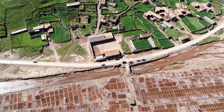 Vista aérea de salinas em Yushu, noroeste da China