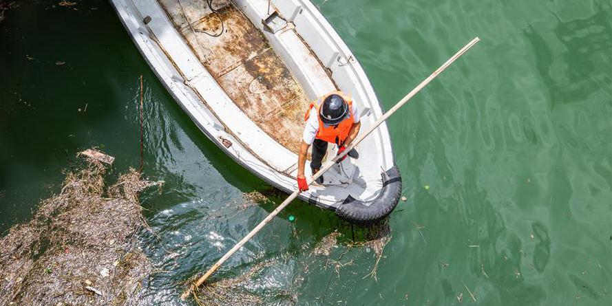 Homem se dedica à preservação do reservatório Daotianhe em Guizhou