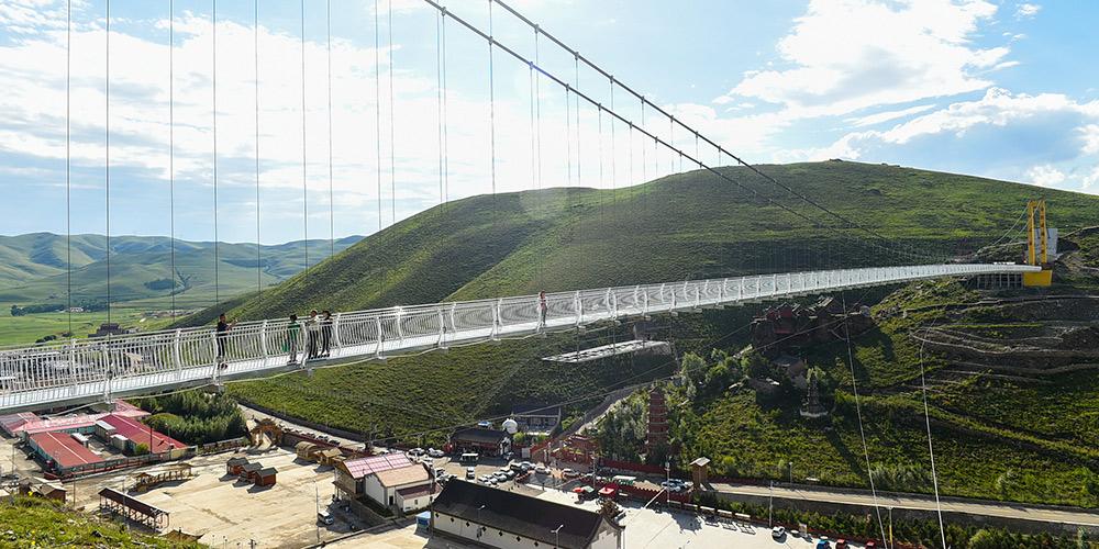 Turistas se divertem em pontos turísticos da Mongólia Interior, no norte da China