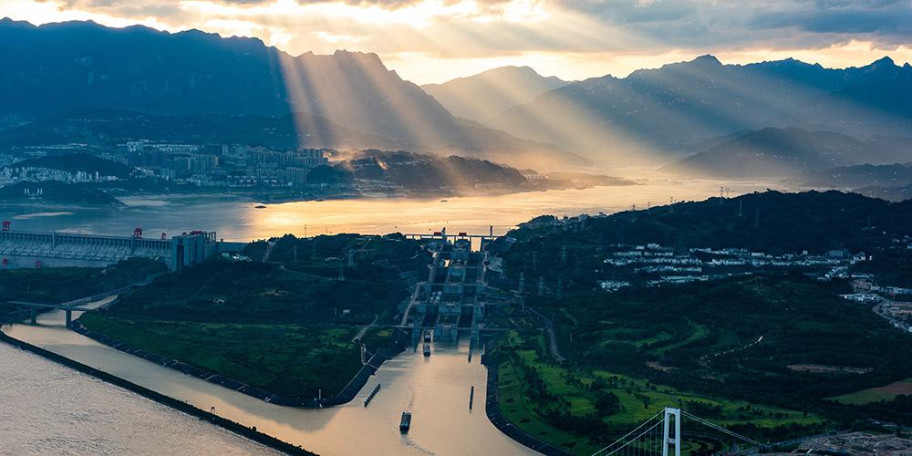 Cenário do pôr do sol nas Três Gargantas em Yichang