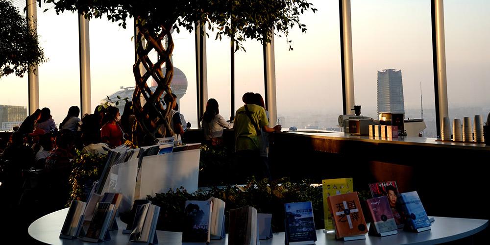 Livraria Duoyun em Shanghai atrai grande quantidade de leitores