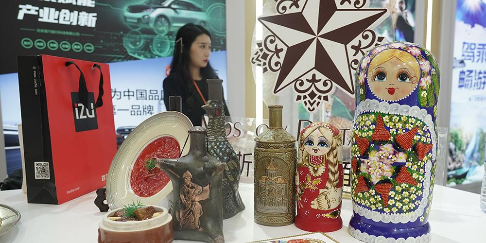 Pessoas visitam a área de turismo da Feira Internacional de Comércio de Serviços da China