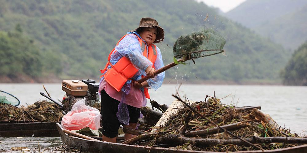Aldeões recolhem lixo no rio Maoyan em Hubei