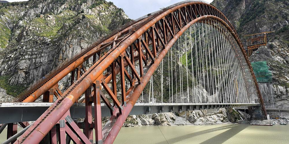 Seguem em andamento as obras de assentamento de trilhos da grande ponte da ferrovia Lhasa-Nyingchi