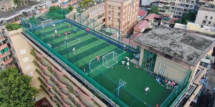 Campo esportivo construído no topo do prédio de escola secundária em Guangzhou