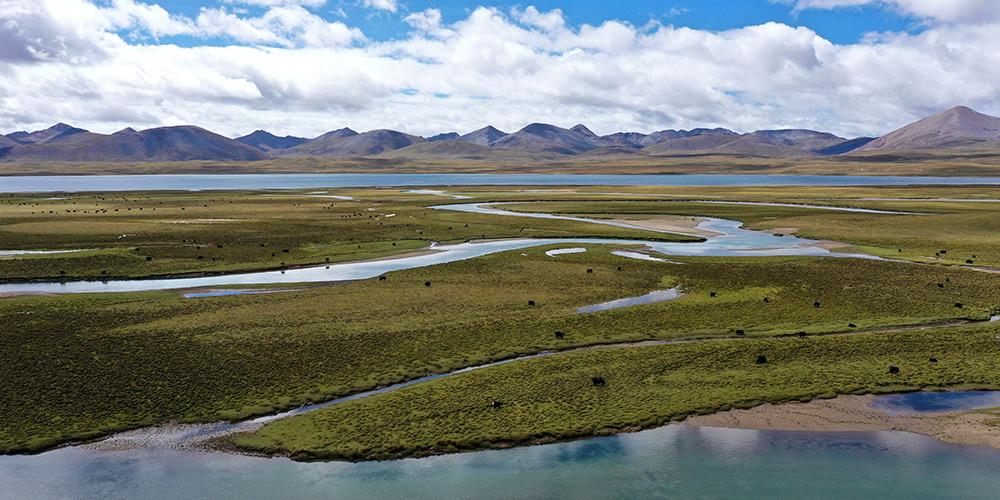 Vista do lago Butuo no Tibet, sudoeste da China