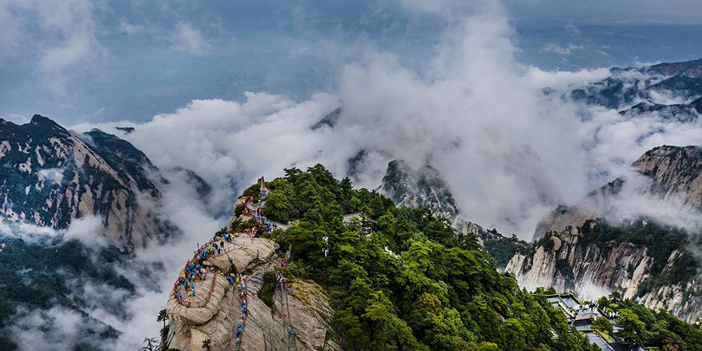 Montanha Huashan envolta em névoa