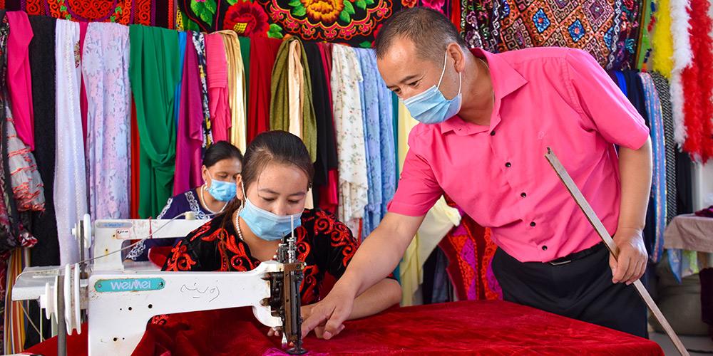 Indústria de artesanato tradicional promove redução da pobreza em Xinjiang