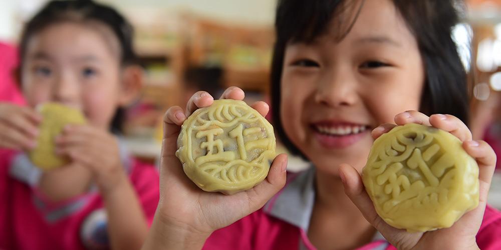 Crianças fazem bolos lunares para comemorar o Festival da Lua em Hebei