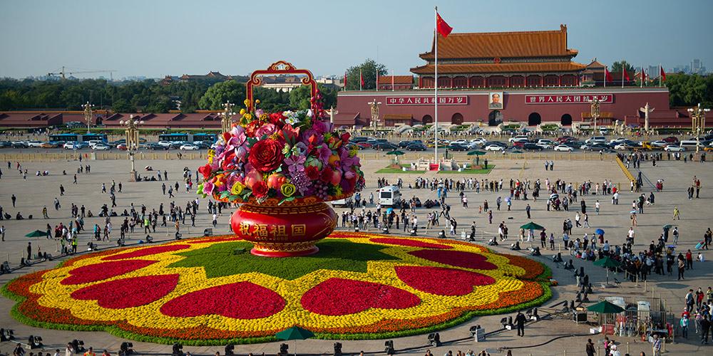 Grande cesta de flores do Dia Nacional da Praça Tiananmen ganha forma
