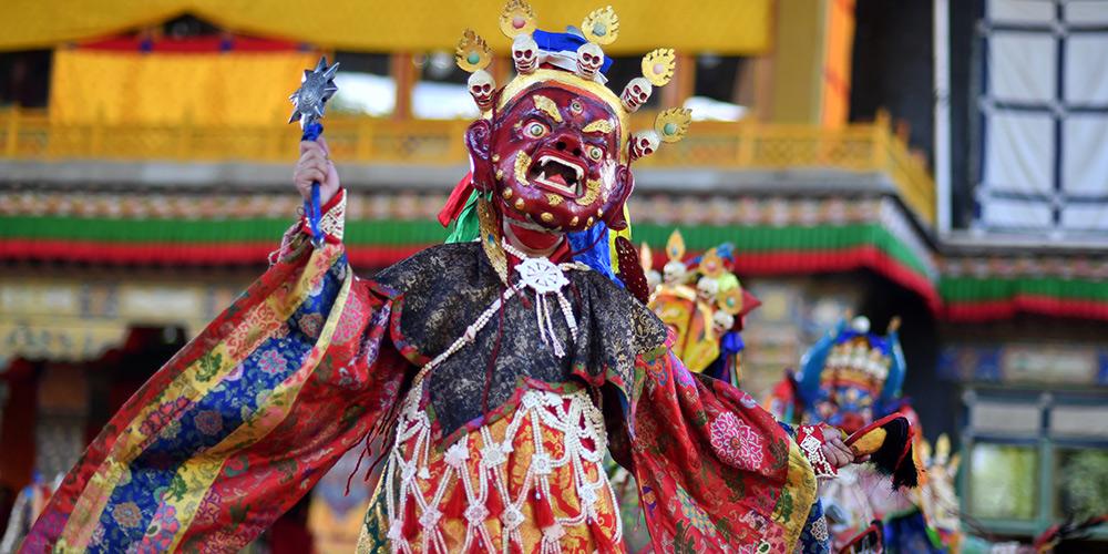 Monges tibetanos realizam evento para rezar por boa colheita e vida pacífica