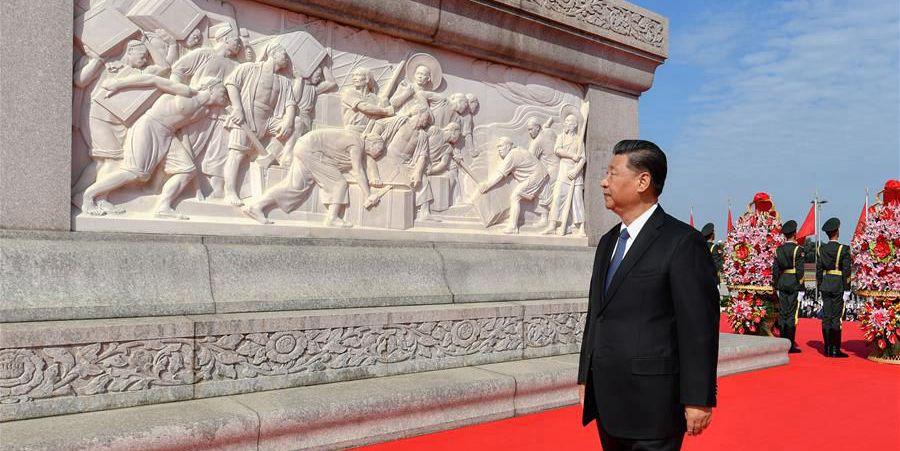 Xi presta homenagem aos heróis nacionais na Praça Tian'anmen