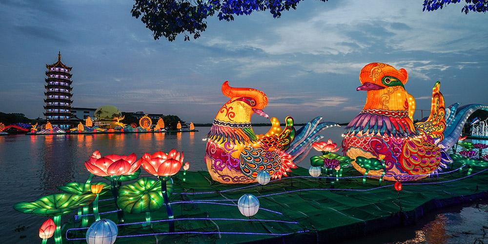 Lanternas espalham clima do Festival Lunar na antiga vila de Zhouzhuang