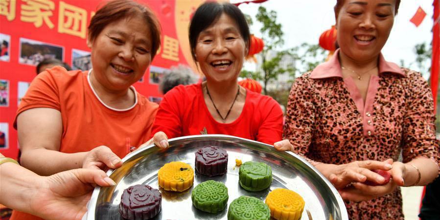 Moradores de comunidade fazem bolos lunares em Hefei