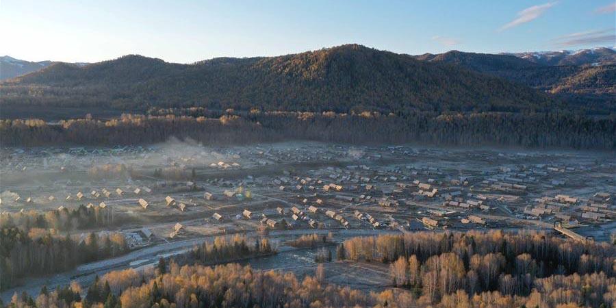 Turistas apreciam paisagem de outono de Hom em Xinjiang