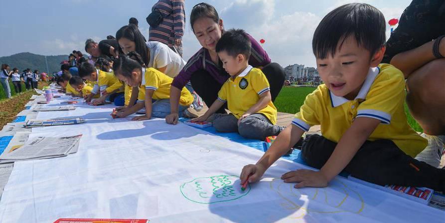 Festival da colheita é realizado para celebrar Dia Nacional da China em aldeia no leste do país