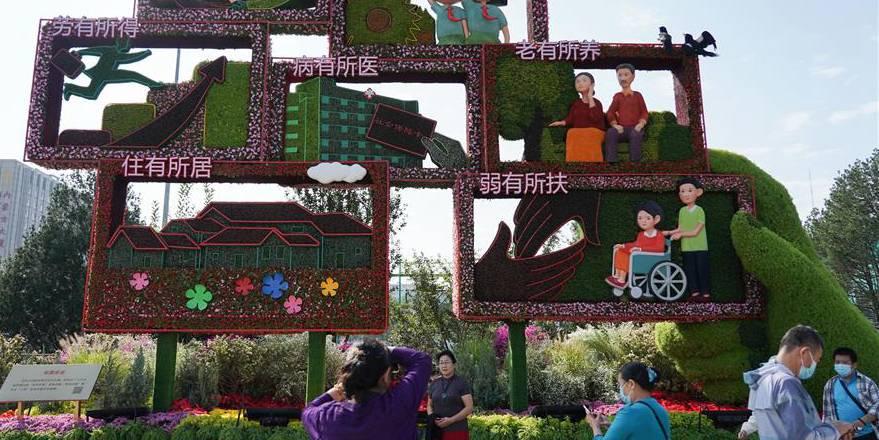 Decorações de flores ao longo da Avenida Chang'an em celebração ao Dia Nacional da China