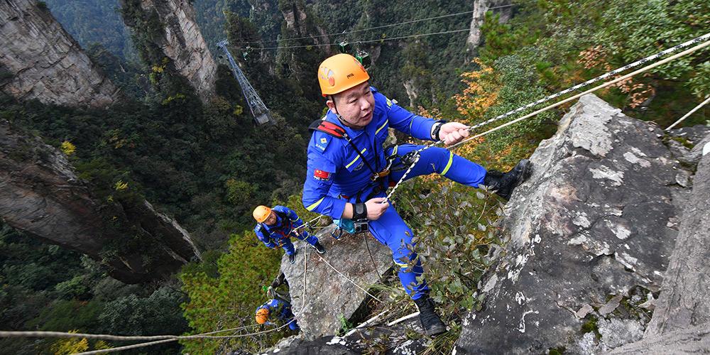 """Equipe de resgate """"Céu Azul de Zhangjiajie"""" pede a turistas que cuidem do meio ambiente"""