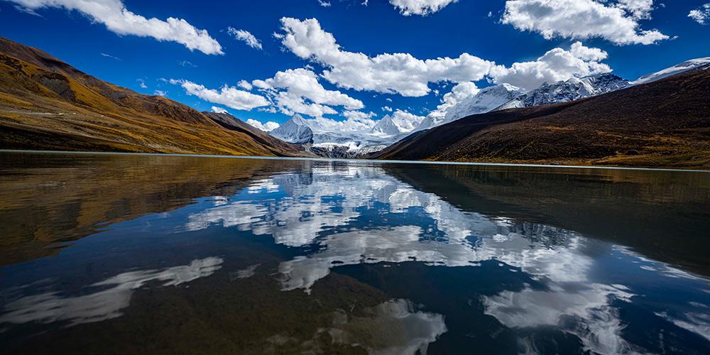 Paisagem da montanha Sapukonglagabo no distrito de Biru, Tibet