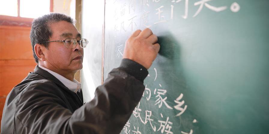 Professor rural dedica-se ao trabalho por mais de 30 anos no noroeste da China
