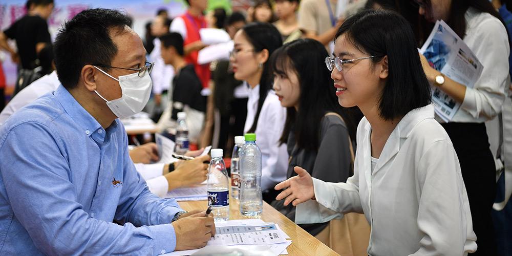 Feira de emprego é realizada em Haikou