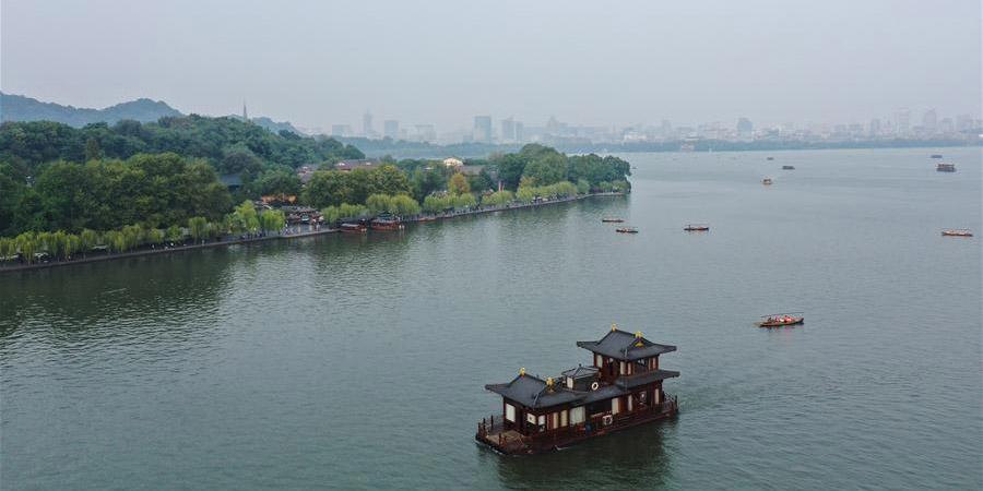 Paisagem de outono do ponto turísitco do Lago Oeste em Hangzhou