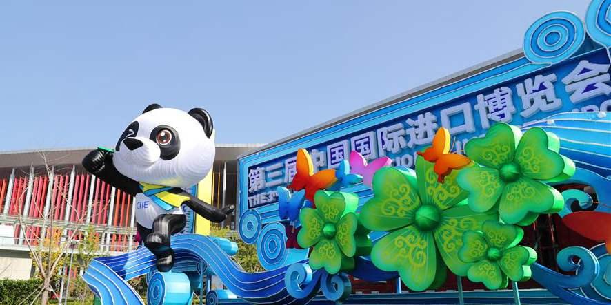 Pessoas se preparam para 3ª Exposição Internacional de Importação da China em Shanghai