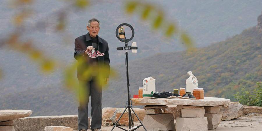 Aldeão de Henan usa transmissão ao vivo para promover recursos turísticos e produtos especiais