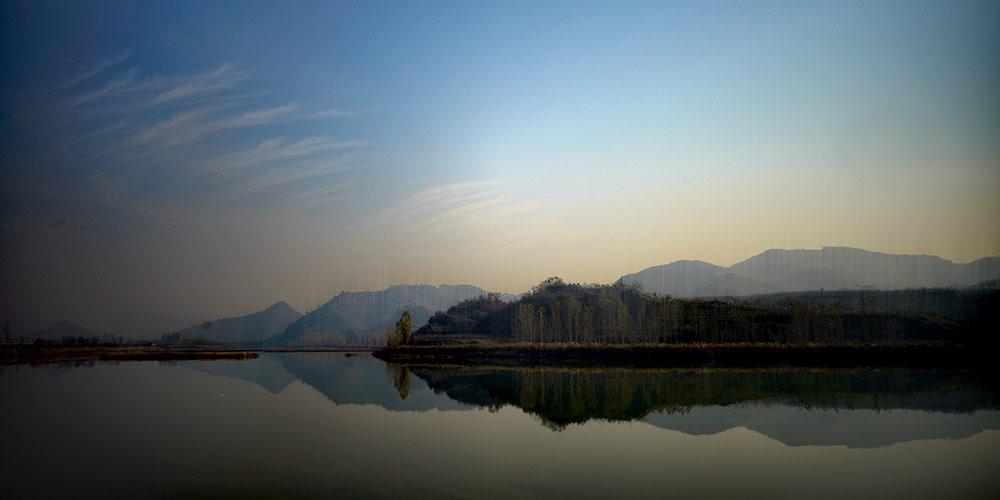 Paisagem de outono de parque ao longo do rio Changhe em Hebei