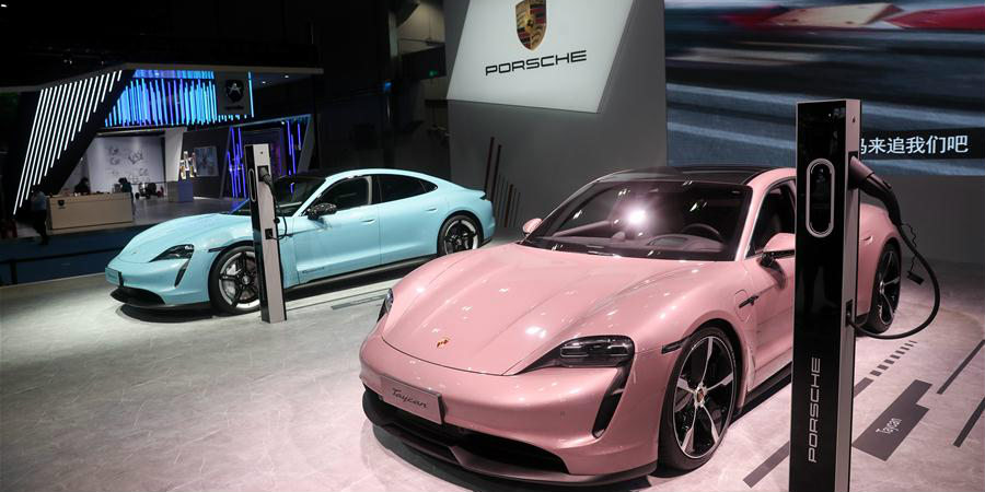 Carros elétricos atraem visitantes na área de exposição de automóveis da CIIE