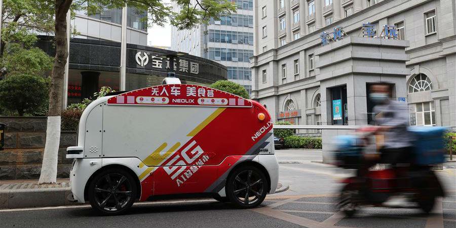 Veículos autônomos de entrega de alimentos entram em operação em Xiamen