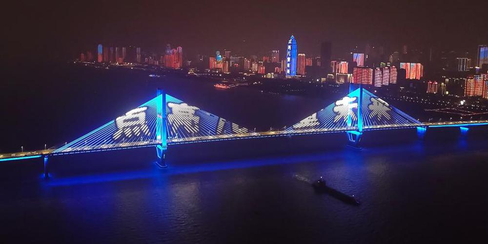 Cidades chinesas iluminam edifícios com azul para celebrar Dia Mundial da Criança