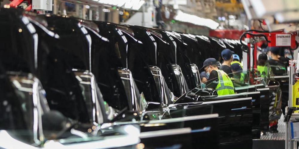 Funcionários trabalham em gigafábrica da Tesla em Shanghai