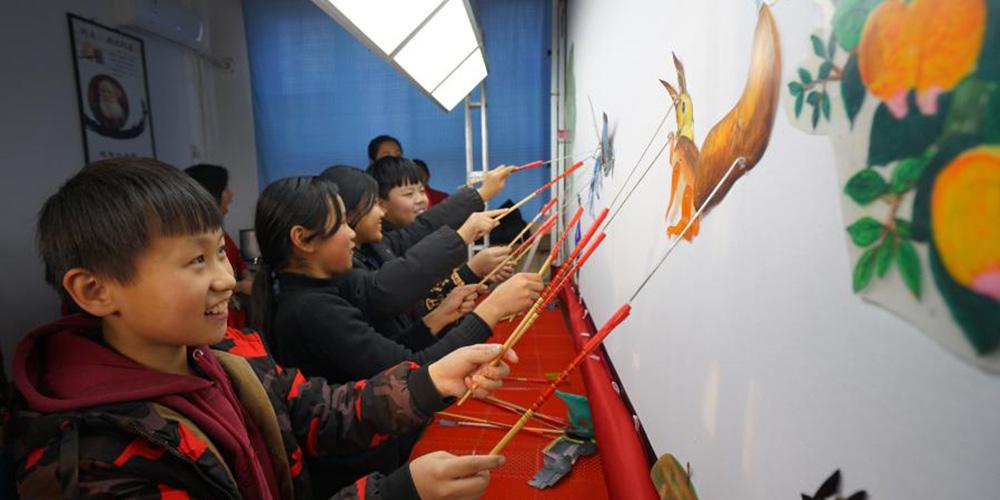 Alunos experimentam teatro de sombras em escola da cidade de Shahei