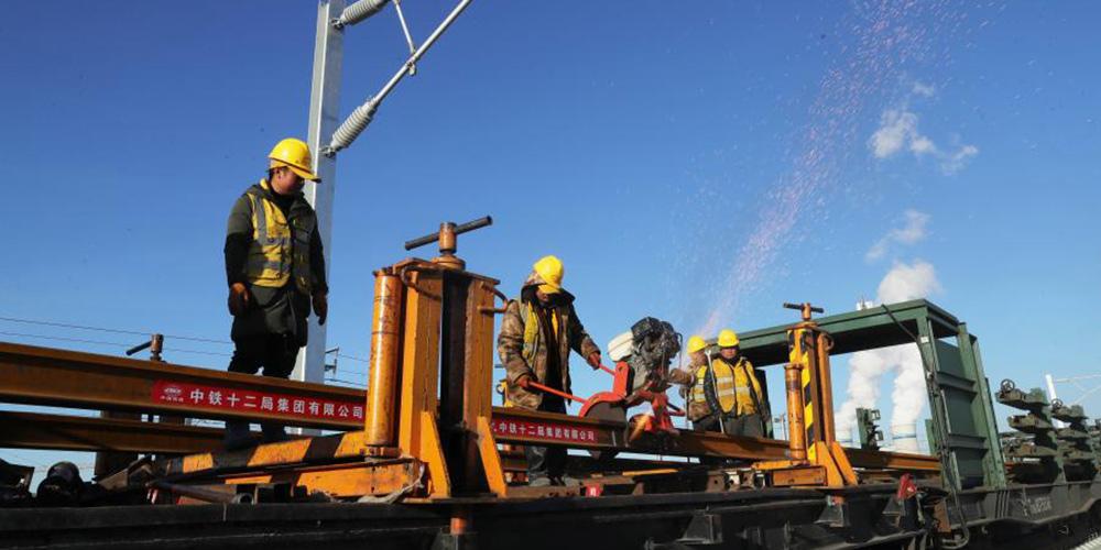 Trabalhadores constroem ferrovia Chaoyang-Linghai em Liaoning