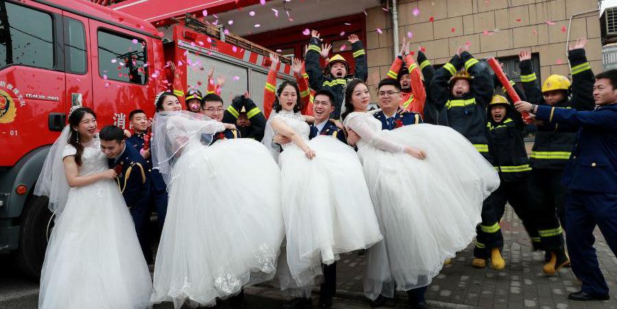 Corpo de bombeiros em Shanghai realiza casamento em grupo