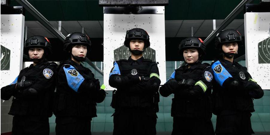 Policiais especiais participam de treinamento no planalto de Qinghai