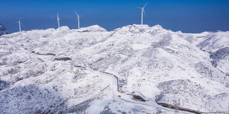 Trabalhadores verificam a rede elétrica após queda de neve contínua em Liupanshui, sudoeste da China