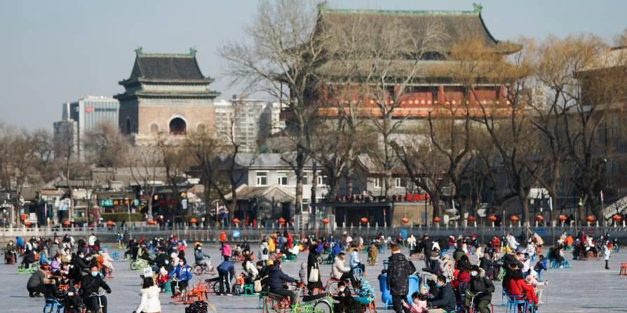 Pessoas se divertem no lago Shichahai congelado em Beijing
