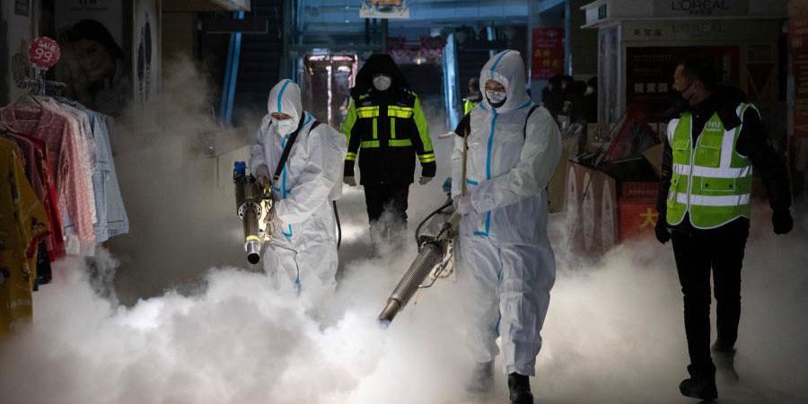 Voluntários realizam desinfecção em Suihua, província de Heilongjiang