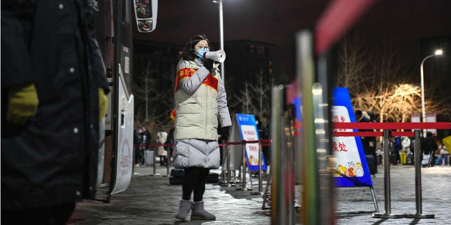 Universidade de Dalian envia ônibus fretados para estudantes para facilitar a viagem para casa