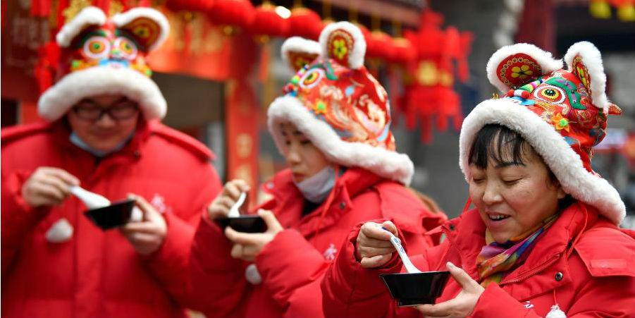 Moradores celebram o Festival Laba em Xi'an