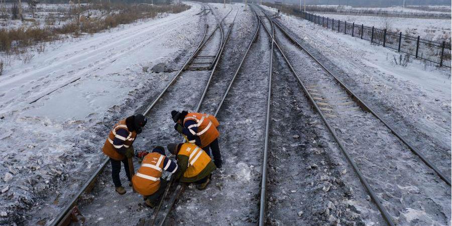 Mecânicos de manutenção ferroviária trabalham na região do extremo norte da China
