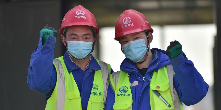 Fotos: pai e filho no canteiro de obras do centro de quarentena contra COVID-19