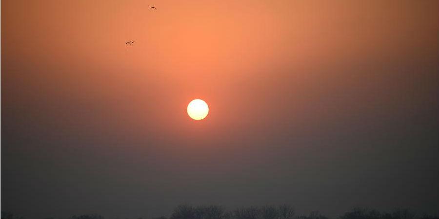 Vista do pôr do sol no Palácio de Verão em Beijing